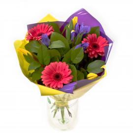Букет из минигербер, ирисов, тюльпанов и зелени