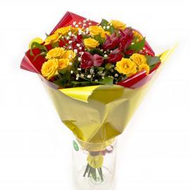 Букет из кустовых роз, альстромерий, гипсофилы и зелени