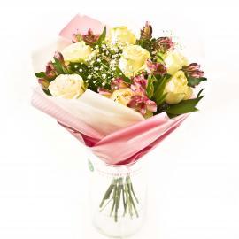 Букет из роз, альстромерий, гипсофилы и зелени