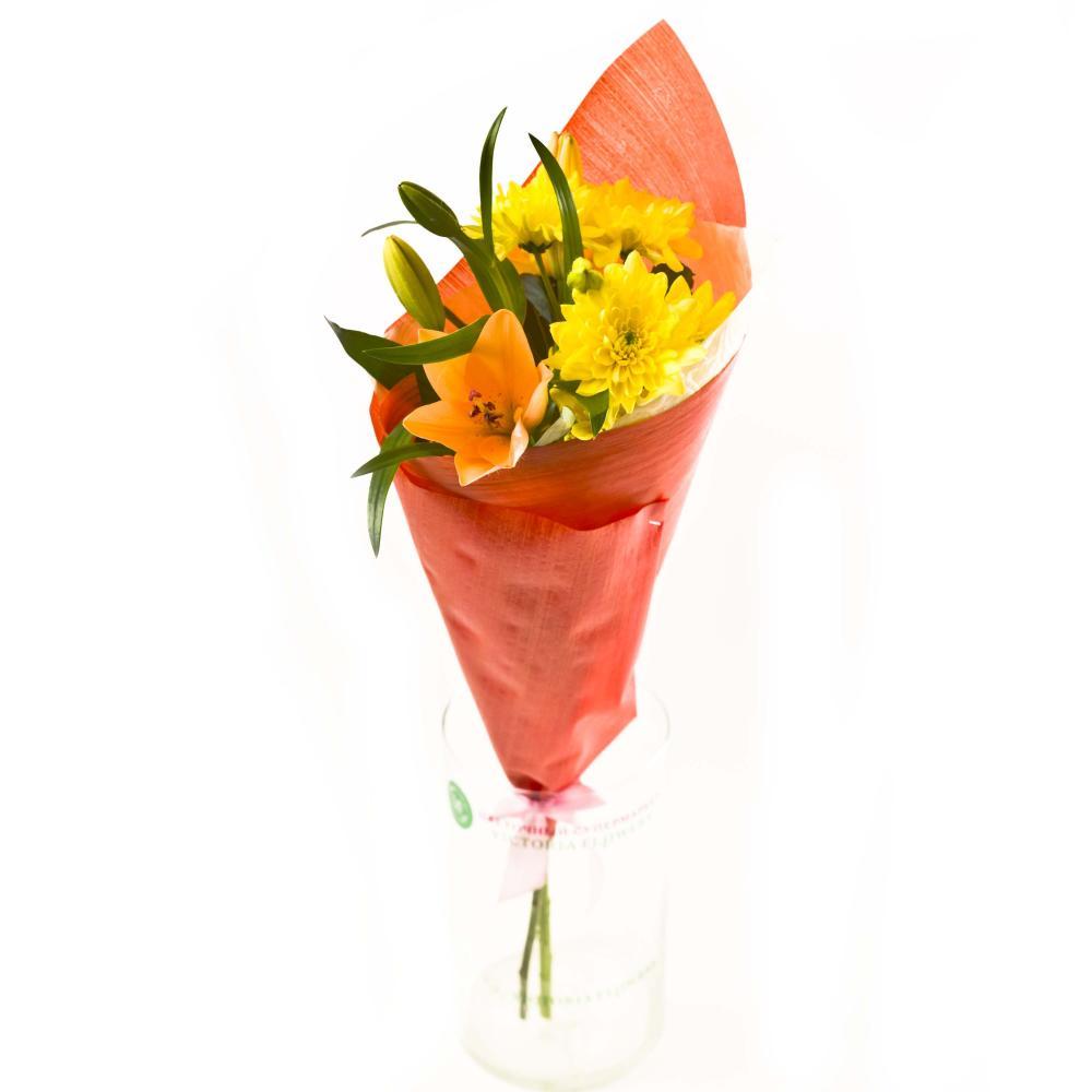 Букет из азиатской лилии, хризантемы и зелени