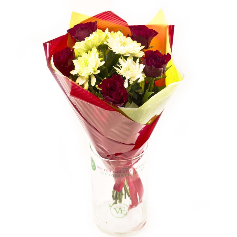 Букет из роз, хризантемы и зелени